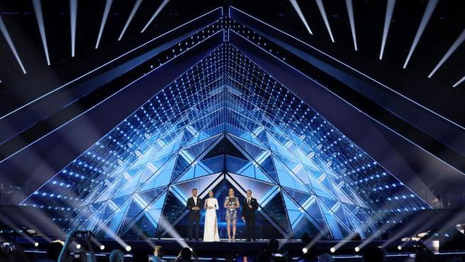 Los anfitriones del Festival de la Canción de Eurovisión 2019: Bar Refaeli (c-d), Erez Tal (d), Lucy Ayoub (c-i) y Assi Azar (i).