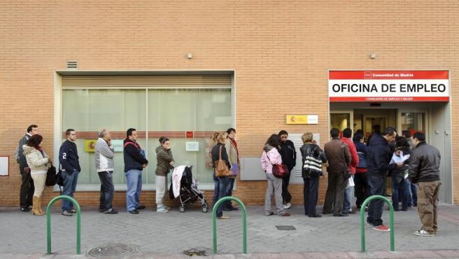 Varias personas esperan su turno para ser atendidas en una oficina del paro.