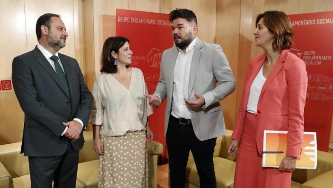 Adriana Lastra (2i) y José Luis Ábalos (i) se reúnen con Gabriel Rufián (2d) y Carolina Telechea (d), en el Congreso de los Diputados.