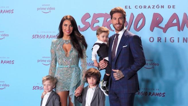 El defensa del Real Madrid Sergio Ramos y su esposa, Pilar Rubio junto a sus hijos posan a su llegada a la presentación de la serie original de Amazon 'El Corazón de Sergio Ramos'.