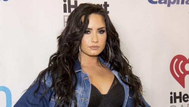 Demi Lovato posando en la alfombra de 'Y100's Jingle Ball'.