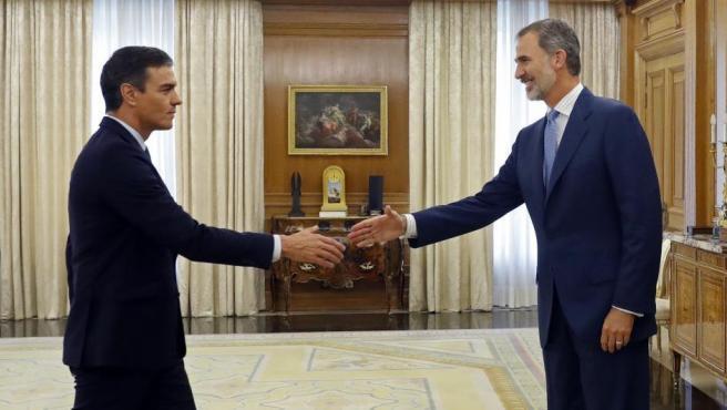 El rey Felipe VI (d) recibe en audiencia al presidente del Gobierno en funciones, Pedro Sánchez (i), este lunes, en el Palacio de la Zarzuela.