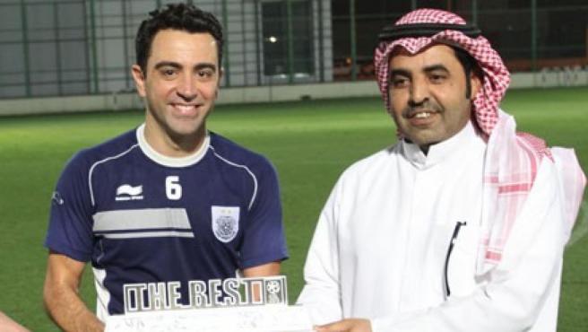 Xavi recibe el trofeo al mejor del mes durante su etapa como jugador del Al-Sadd.