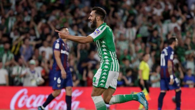Borja Iglesias celebra su estreno goleador con el Betis en LaLiga.