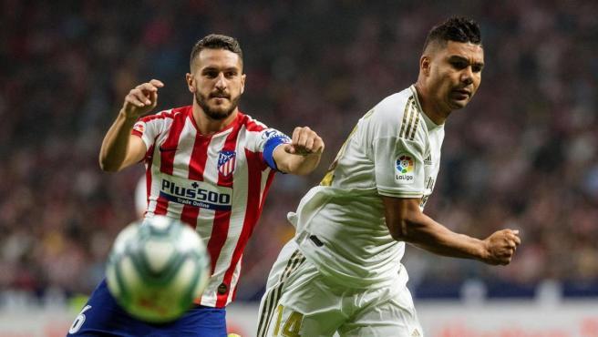 Casemiro, en una acción con Koke durante el derbi contra el Atlético de Madrid.