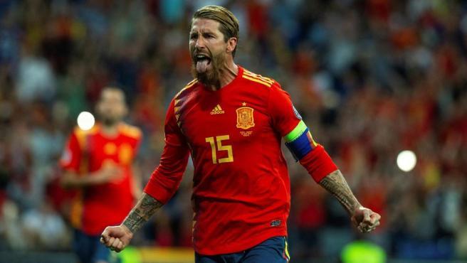Sergio Ramos celebra un gol con España.