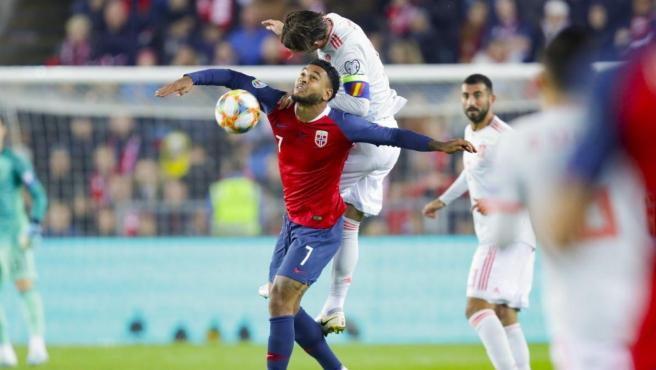 Sergio Ramos lucha por un balón con el delantero noruego Joshua King.