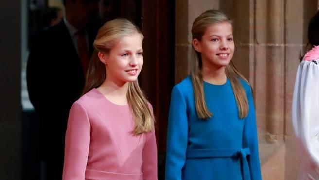 La princesa Leonor y la infanta Sofía a su llegada al acto de recepción de los Premios Princesa de Asturias.