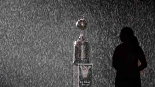 El trofeo de la Copa Libertadores, bajo una lluvia de confeti.