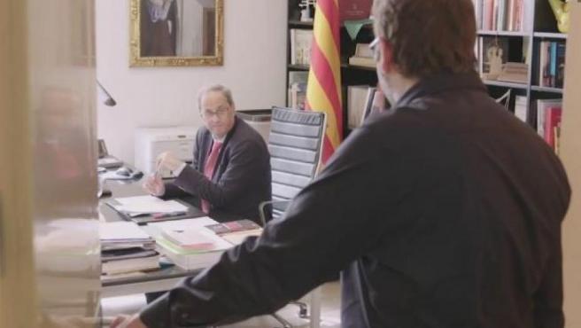 Imagen del vídeo difundido por TV3 en el que Quim Torra teatraliza su intento de llamada a Pedro Sánchez.