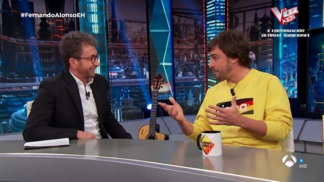 Fernando Alonso, junto a Pablo Motos en El Hormiguero.