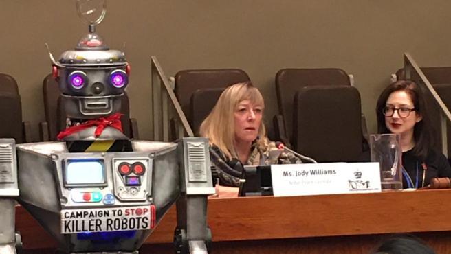 """El robot 'David Wreckham', en la ONU junto a las personas que piden acabar con los """"robots asesinos""""."""