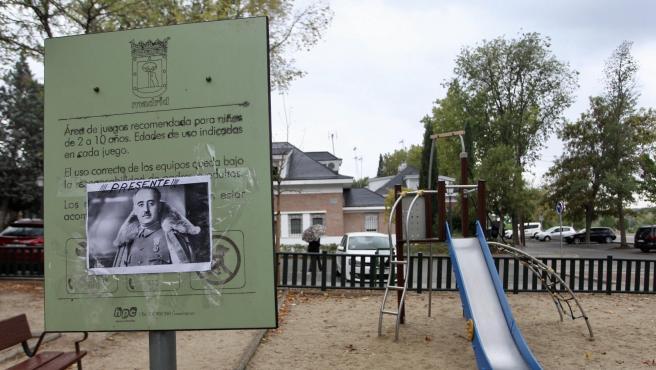 Una pegatina de Franco en el parque infantil de Mingorrubio (El Pardo).