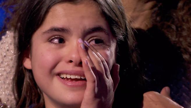 Una concursante de 'La Voz Kids' se emociona durante su actuación.