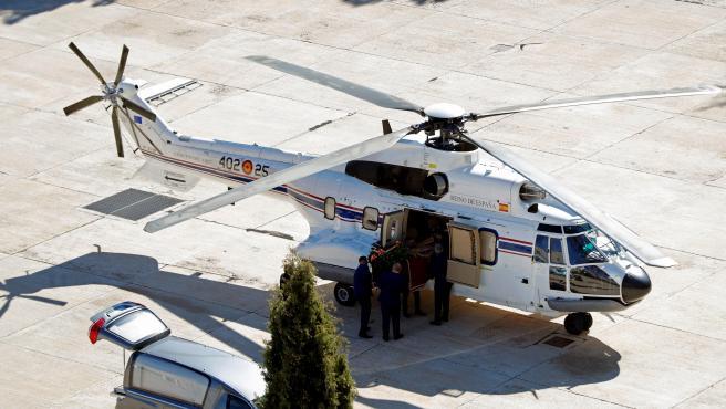 Introducen los restos de Franco en el helicóptero para trasladarlo a Mingorrubio.