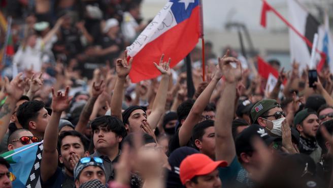 Varios manifestantes durante la masiva manifestación en Santiago de Chile.