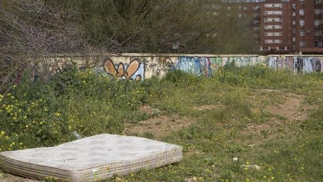 Imagen de archivo de un colchón tirado en un descampado.