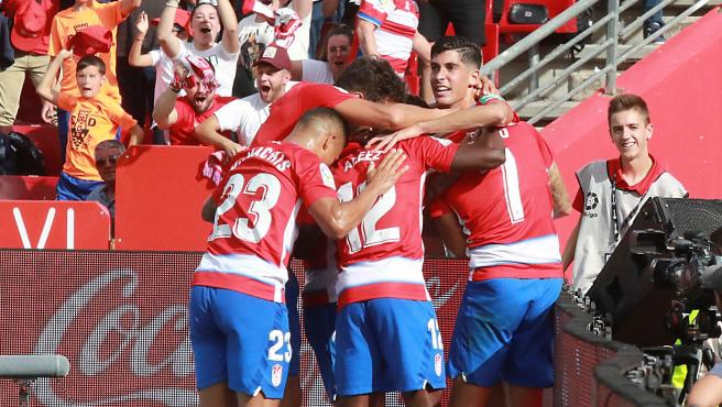 Los jugadores del Granada celebran el gol de Vadillo.