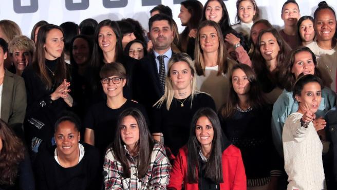 David Aganzo, presidente del sindicato AFE, y futbolistas de Primera Iberdrola.