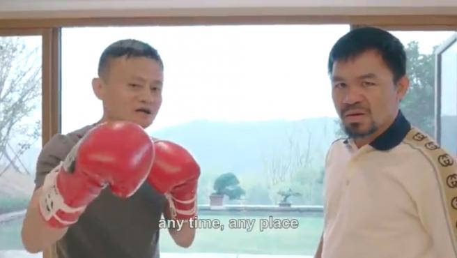 El fundador de Alibaba, Jack Ma, junto a Pac-Man.