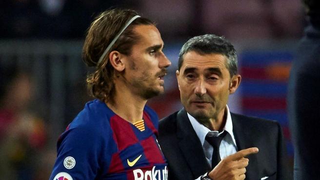 Antoine Griezmann recibe instrucciones de Ernesto Valverde en un partido del FC Barcelona.