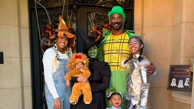 El legendario exjugador de Los Ángeles Lakers y su familia escogieron los personajes de la película 'El Mago de Oz' para sus disfraces de Halloween.