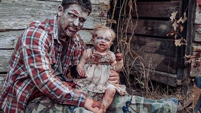 La pequeña Oakley, caracterizada como una pequeña zombie en la sesión que hizo junto a su padre.