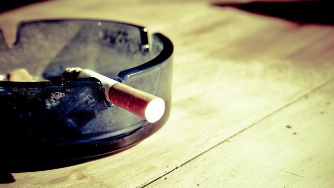 Un cigarrillo se apoya en un cenicero, en una imagen de archivo.