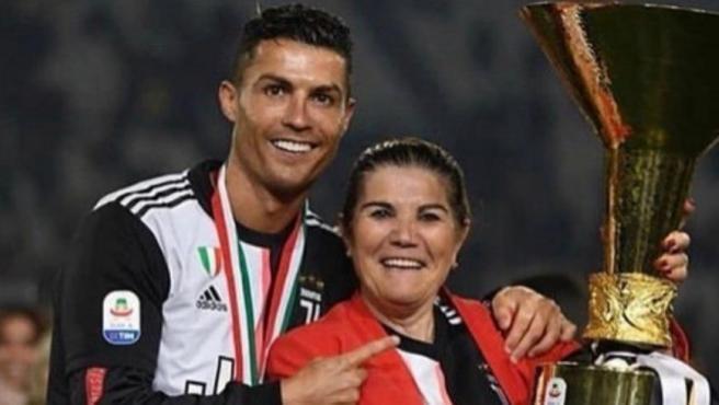 Cristiano Ronaldo, junto a su madre en la celebración de la Juventus