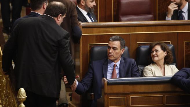 El exvicepresidente de la Generalitat Oriol Junqueras saluda al presidente del Gobierno, Pedro Sánchez, a su llegada a la sesión constitutiva del Congreso