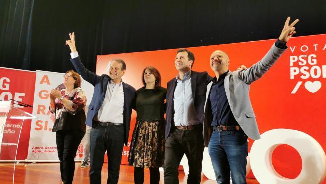 La portavoz del PSOE en el Congreso, Adriana Lastra, en un mitin junto al alcalde de Vigo, Abel Caballero, y el secretario xeral del PSdeG, Gonzalo Caballero.