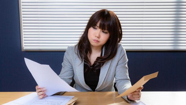Imagen de archivo de una empleada trabajando.