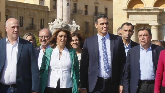 Pedro Sánchez y Susana Díaz (centro) en su paseo por el casco histórico de Córdoba cruzan el Puente Romano.