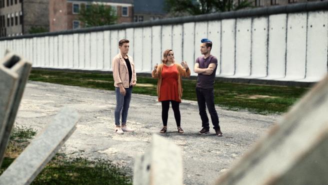 Riyadh K, Hannah Witton y Rezo, en una recreación de la tierra de nadie del muro de Berlín, en 'Virtually History: The Berlin Wall'.