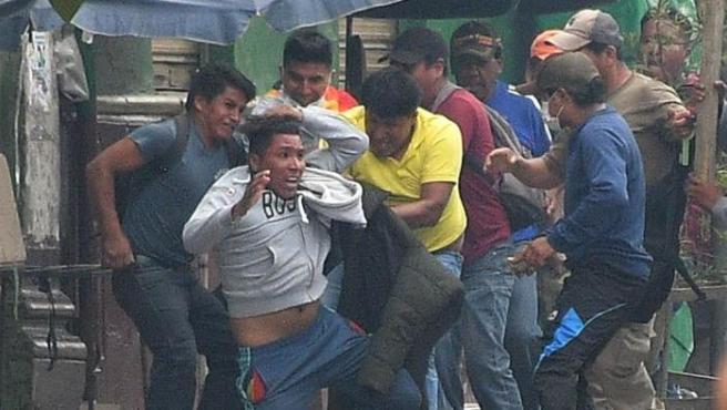 Grupos de manifestantes se enfrentan entre sí en Cochabamba (Bolivia).