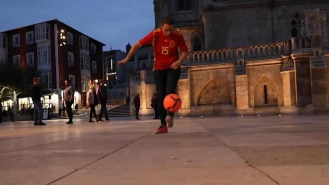 Aurora Nacarino, candidata de Ciudadanos por Burgos, dando toques con un balón.
