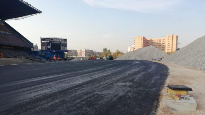 Trabajos para desviar el tráfico por el derribo de la grada del Calderón sobre la M-30