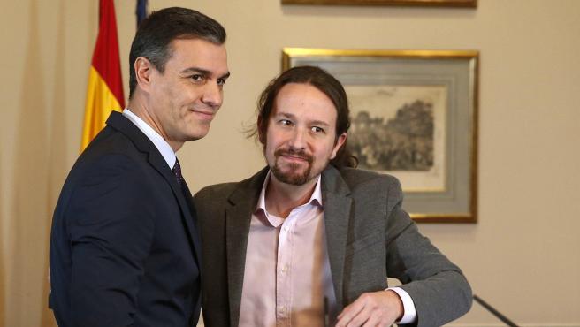 Abrazo entre Pablo Iglesias y Pedro Sánchez tras sellar un preacuerdo de Gobierno.