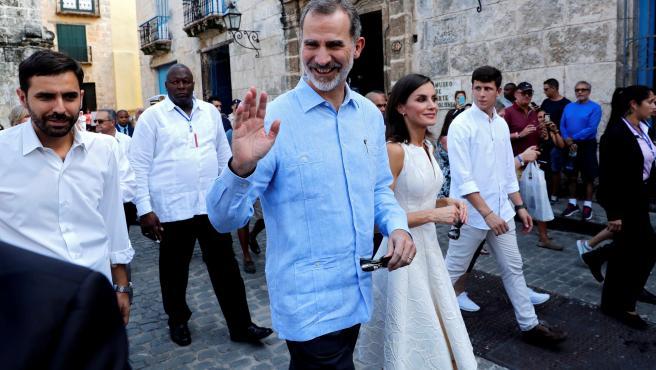 Los reyes durante un paseo por La Habana Vieja en su visita de Estado a Cuba, la primera de la historia que hace un monarca español.
