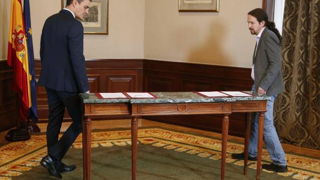 Pablo Iglesias y Pedro Sánchez, minutos antes de rubricar su pacto con un abrazo.