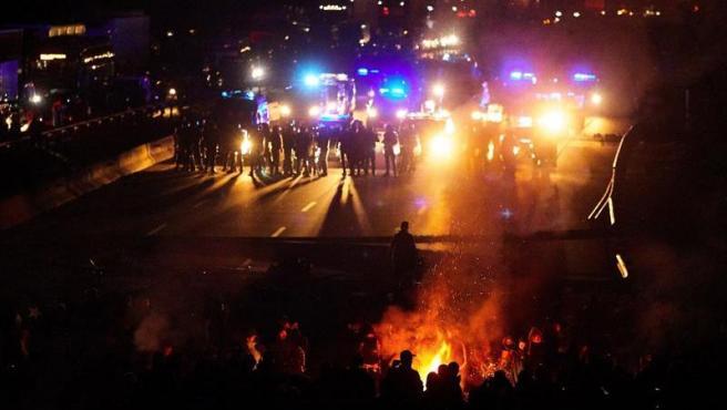 Centenares de personas cortan la autopista AP-7, a la altura de Girona, en una protesta contra la sentencia del 'procés'.