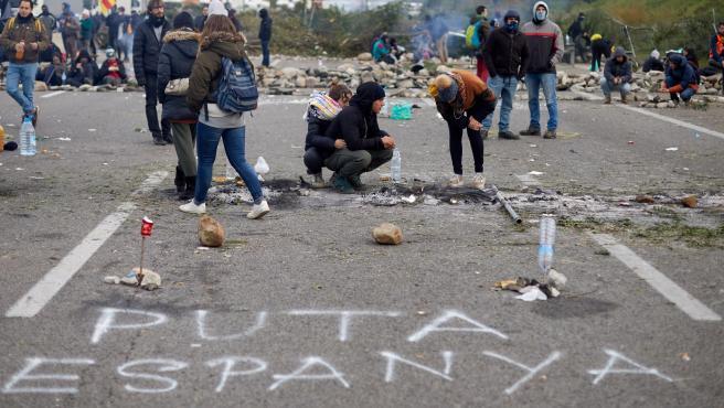 Los manifestantes independentistas han escrito 'puta Espanya' sobre la calzada de la AP-7 a la altura de Salt.