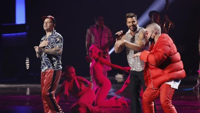 Bad Bunny, Ricky Martin y Residente, durante su actuación en la gala de los premios Grammy Latinos 2019.