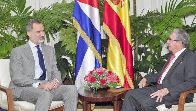 El rey Felipe VI y el expresidente cubano y actual líder del Partido Comunista de Cuba, Raúl Castro, en La Habana.