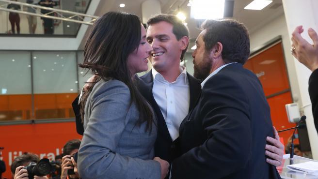 Albert Rivera, arropado por Begoña Villacís y Miguel Gutiérrez, tras dimitir como líder de Ciudadanos y anunciar su retirada de la política.