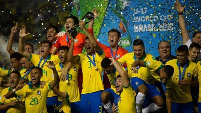 Los jugadores brasileños celebran la consecución del título de la Copa Mundial de Fútbol Sub-17, tras vencer en la final a México en el estadio Bezerrao de Gama (Brasil).