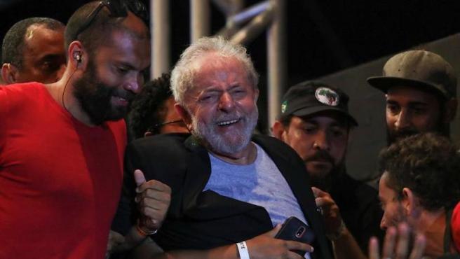 El expresidente brasileño Luiz Inácio Lula da Silva llora tras dirigirse a cientos de simpatizantes del Partido de los Trabajadores, en la plaza Patio do Carmo de Recife (Brasil). EFE/ Carlos Ezequiel Vannoni