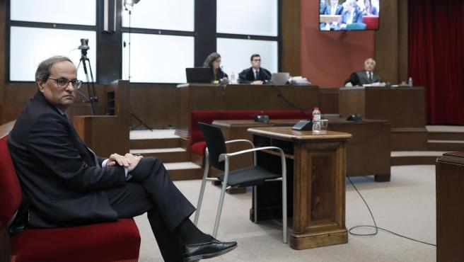 El presidente de la Generalitat, Quim Torra, sentado en el banquillo del TSJC.
