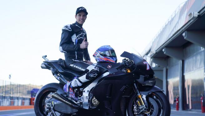 Álex Márquez posa con la Honda de MotoGP durante los test de Cheste.