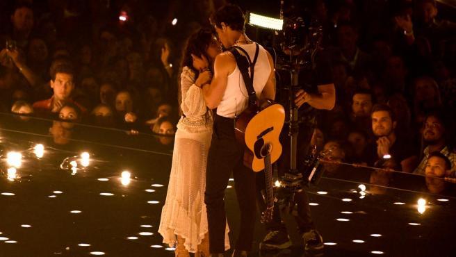Camila Cabello Shawn Mendes durante su actuación en los MTV VMAS.